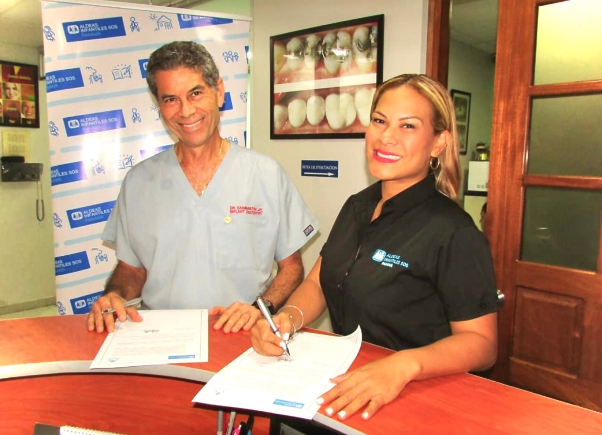 Meylin Hernández Ying, Directora Nacional de Aldeas Infantiles SOS  Panamá , firma Convenio con Clínica Dental Sanmartin como benefactor.