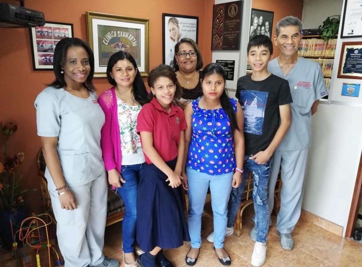 Otros niños con la Cuidadora o Tía de Aldeas Infantiles SOS y la Dra. Miller y el Dr. Sanmartín